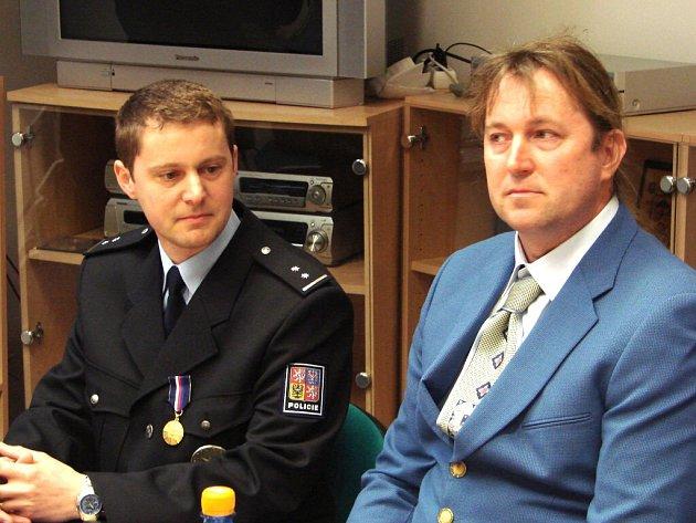 Petr Hlaváček (vlevo) a Štěpán Bzonek v lednu zachránili dva bruslaře, pod kterými se probořil led.