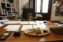 Syn hokejového mistra světa  Jiřího Novotného se v pracovně českobudějovického primátora ihned zabydlel.