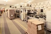 Výroba kartonových krabic z hladké i vlnité lepenky, které jsou určené především na balení přepravovaného zboží – to je dnes hlavní náplň výroby společnosti Plojhar, s. r. o.