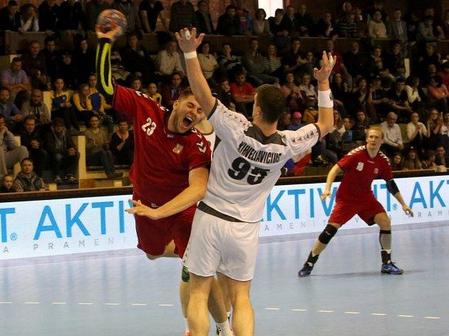 PŘÍPRAVNÝ zápas mezi českou a rakouskou reprezentací se hrál v parádní atmosféře. Leoš Petrovský (v červeném) se snaží prosadit přes Rakušana Kirveliaviciuse.