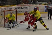 René Vydarený (vpravo) atakuje frýdeckého Víta Christova před brankou Petra Kváči.