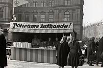 Historický snímek trhů u muzea.