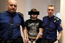 Obžalovaného Jana S. přivedla k soudnímu jednání policejní eskorta.
