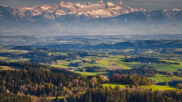 Lukáš Gallo vystoupal na Vítkův hrádek a odtud vyfotil pohled až do Alp.