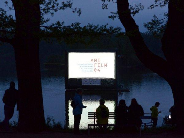 Závěr. Hladina rybníka Svět, vítězné filmy, vlahý večer, prostě romantika na hrázi.