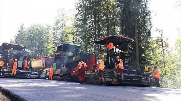 Za humny opravují silnici.
