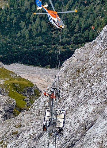 Evakuační gondola spadla.
