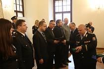 Devadesát českobudějovických policistů bylo vyznamenáno.
