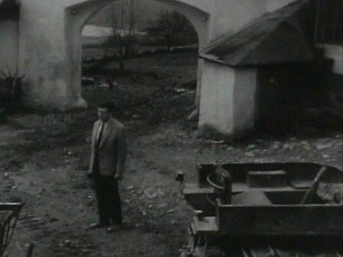 Záběr zfilmu Všude žijí lidé. Statek uKukačů jako sídlo družstva je zabírán často. Na snímku stojí ve dvoře hlavní hrdina.