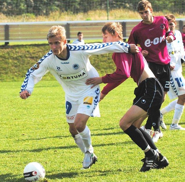 Pavel Novák, jenž na snímku stíhá libereckého Dejmka, ve středu obrany spolu s Tischlerem odvedli dobrý výkon.
