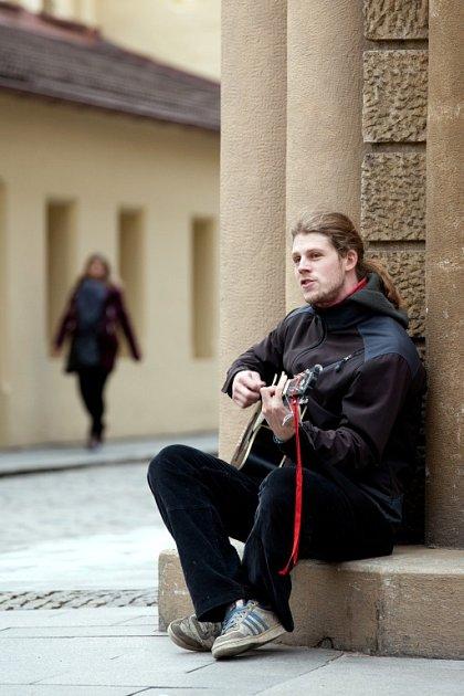 """""""Nejradši zpívám písně, které mám spojené snějakou ženskou,"""" říká Jan Janda, který se vČeských Budějovicích živí hraním na ulici."""