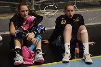 PAUZA. Kateřina Vrabcová (vlevo) již mohla po duelech s Prešovem odpočívat, zato Veronika Malá hrála ještě tento víkend s reprezentací kvalifikační zápasy na mistrovství světa proti Ázerbájdžánu a Litvě.