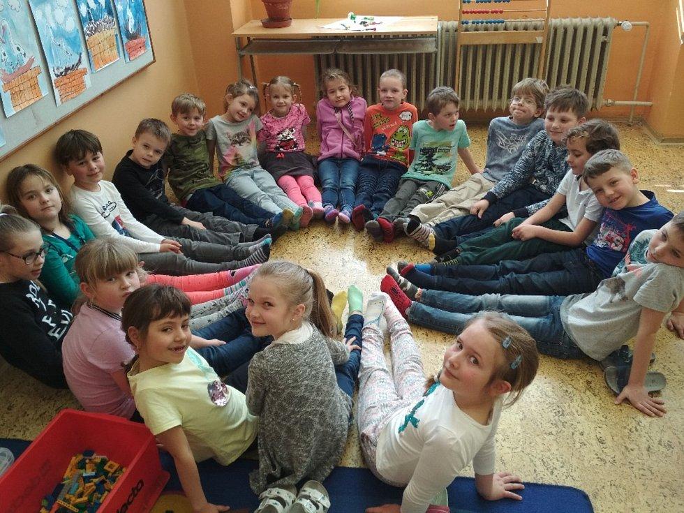 Děti z prvních tříd lišovské základy už vědí, co to je Downův syndrom. Ty, které postihl, podpořily ve čtvrtek odlišnými ponožkami.