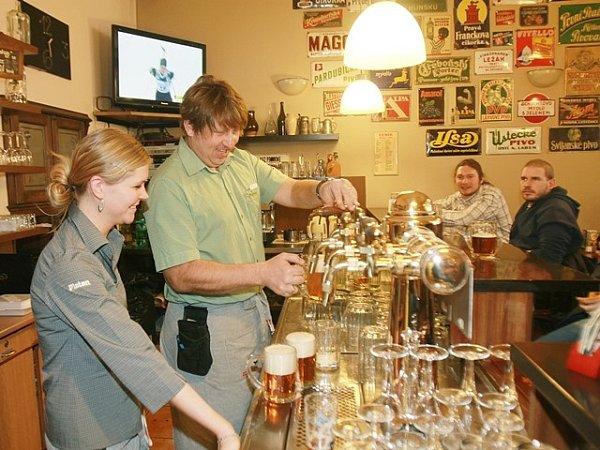 Nápor žíznivých hostů pomáhá Lucii Brabcové za pípou zvládnout také vedoucí hostince Karel Sarauer.