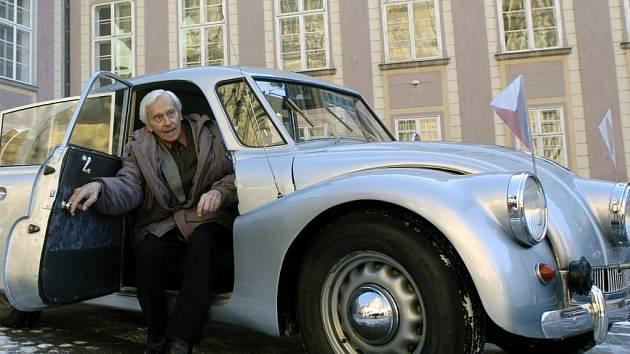 Filmový festival Voda moře oceány uctí na Hluboké slavného cestovatele Miroslava Zikmunda (na snímku s legendárním osobním vozem Tatra T 87).