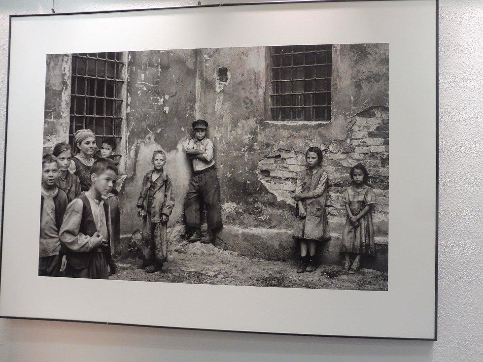 Fotograf Jan Dobrovský byl přítomen po celou dobu natáčení ve štábu Nabarveného ptáčete. Jaké fotografie pořídil, si prohlédnete v kavárně Českého rozhlasu České Budějovice.