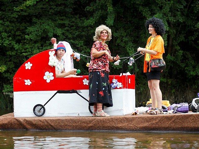 Jízda netradičních plavidel v obci Plav.