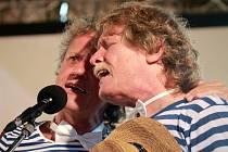 Nezmaři odehráli 17. srpna koncert se swingovým orchestrem na třeboňské pláži Ostende u rybníka Svět. Pánové z Nezmarů hráli v pruhovaném, protože jsou členy spolku z Ostende, který propaguje pruhované plavky. Na snímku Tonda Hlaváč a Pavel Zajíc.