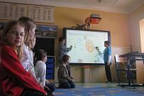 Dětem v olešnické málotřídce už slouží nová interaktivní tabule.
