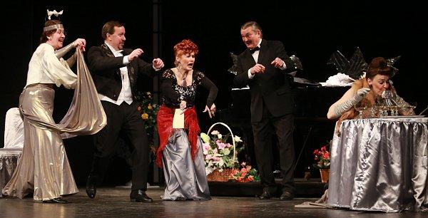 Jihočeské divadlo uvedlo 15.března premiéru komedie inspirované skutečným příběhem Florence Jenkinskové Je úchvatná!.