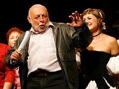 Josef Průdek, osobnost opery Jihočeského divadla, slaví 70. narozeniny. Snímek z představení Lest a láska.