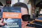 Selfie se svou oblíbenou knihou do redakce Českobudějovického deníku zaslala Monika Hajšmanová z Českých Budějovic.