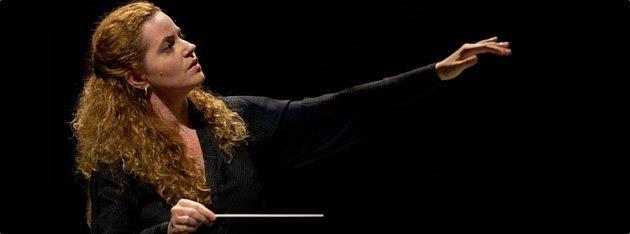 První dirigentka na zahájení plesu vopeře.