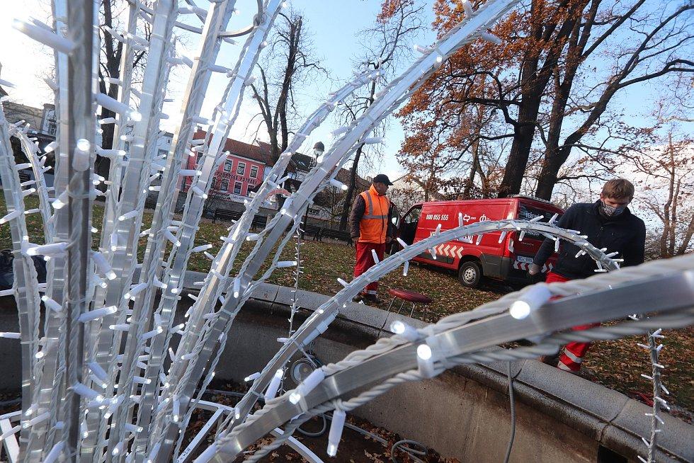 Vánoční osvětlení českobudějovických fontán zajištují pracovníci DPMCB Miloslav Bohoněk (oranžová vesta) a Vojtěch Puchta,zařízení montují na fontánu u restaurace Paluba