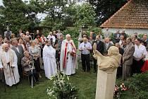 Lidé u pomníku kněze Martina Františka Vícha v Dobrši.