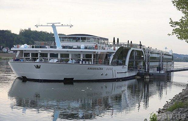 Tlustá loďka na Dunaji.