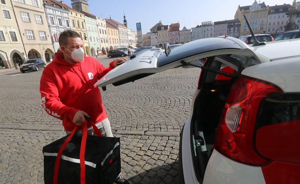 Od čtvrtka 25. února máme za povinnost ve vybraných prostorách (obchody, úřady či veřejná doprava atd.) používat respirátory FFP2, případně některé jiné určené varianty ochrany. První den v Českých Budějovicích.