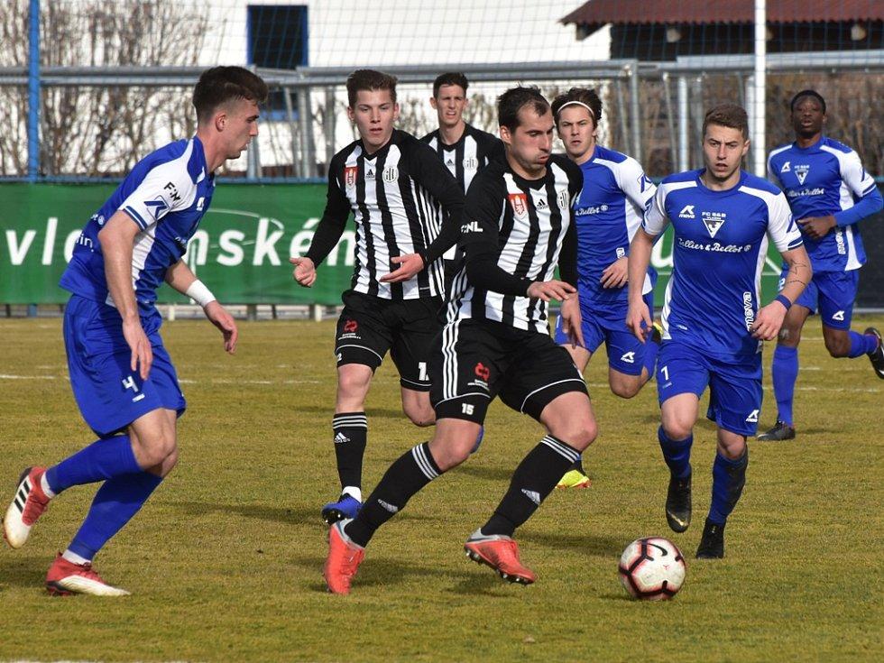 David Ledecký, jenž na podzim s 10 góly nejlepším střelcem II. ligy,dal gól i včera ve Vlašimi a rozhodl o cenné výhře Dynama (1:0). Na snímku uniká Petru Plachému.