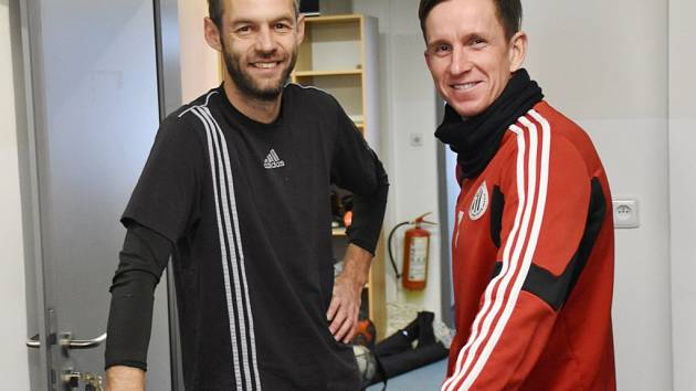 Letos naposled se zimní přípravy Dynama zúčastnil zkušený Petr Benát, jenž po podzimu ukončil svou aktivní činnost (na snímku je s kustodem Radkem Procházkou).