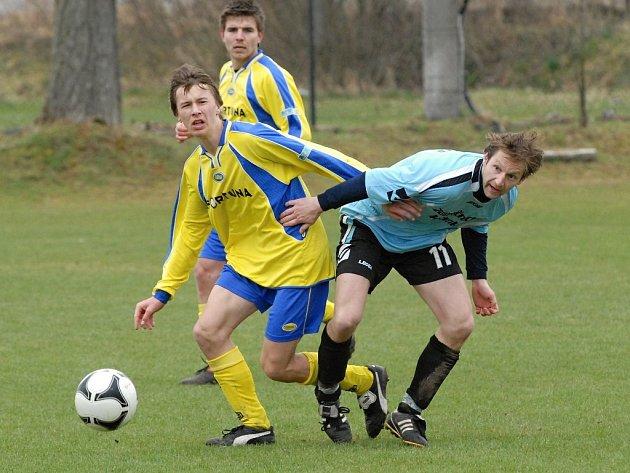 Dražický Novotný v zápase krajského přeboru bojuje s veseslkým Čížkem. V neděli vedoucí Dražice hrají v Táboře.