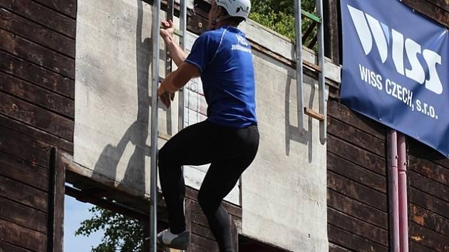 """Hasiči z útvaru v Hlučíně v úterý dokončovali stavbu cvičné čtyřpodlažní věže na budějovickém výstavišti. Na snímku je její podoba při """"ostrém"""" závodu."""