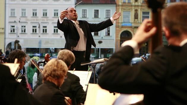 Na netradičních místech by se mohla častěji objevovat Jihočeská komorní filharmonie. Na snímku při loňském koncertě na českobudějovickém náměstí.
