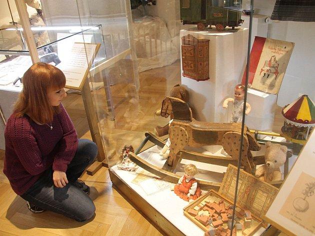 Adventní výstava v Jihočeském muzeu se zaměřuje na adventní a mikulášské trhy první půle 20. století. Seznamuje s tím, co si prarodiče mohli tehdy koupit či s jakými světci a jejich obchůzkami se potkávali. Na snímku pracovnice muzea Barbora Jelínková.