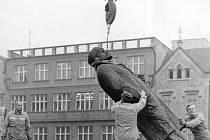 Jeřáb a autogen potřebovali zaměstnanci Pozemních staveb      k odstranění sochy Lenina na Senovážném náměstí.