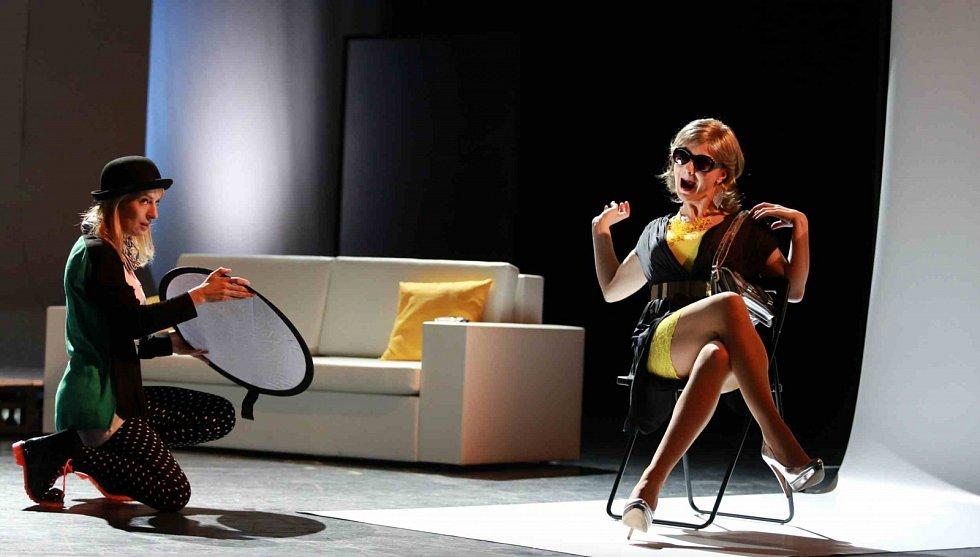 Herečka Lenka Krčková ve hře Job Interviews, vlevo Teresa Branna. Jihočeské divadlo, 2014.