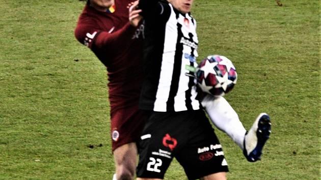Karol Mészáros v zápase Dynama se Spartou bojuje s hostujícím Hanouskem.