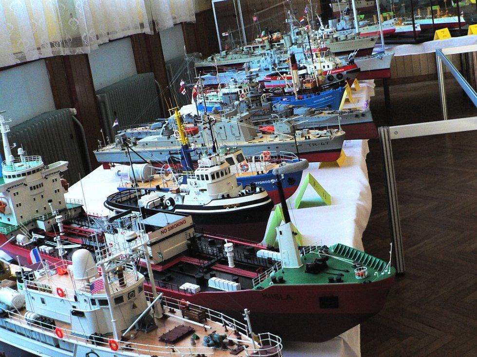 Kolem 130 neplovoucích lodních modelů předvedl tento víkend klub lodních modelářů Maják Borovany.