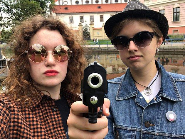 Mafiánky Eva Stehlíková a Markéta Trubková z Biskupského gymnázia se účastní lovu na studenty.