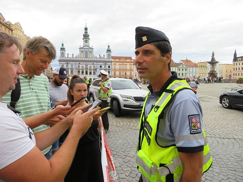Všechny složky integrovaného záchranného systému zasahovali na náměstí Přemysla Otakara II., jedna žena byla zraněná, pachatel byl zatčen.