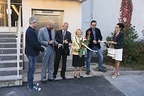 Slavnostní otevření nového výtahu se u Domu kultury Metropol v Českých Budějovicích uskutečnilo 16. října. Olga Ryšavá je na fotce ve žlutém saku.