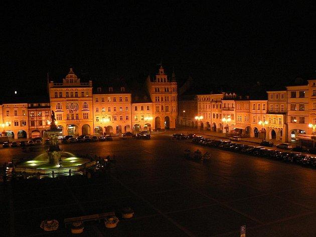 Náměstí Přemysla Otakara II. v sobotu před jedenáctou večer. Zdánlivý klid... Ve vzdáleném rohu ústí ulice Karla IV.