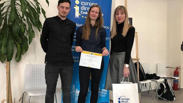 Markéta Sahanová (uprostřed) z Gymnázia Jírovcova se zástupci centra Europe Direct v Českých Budějovicích (vlevo) Lukášem Malechou a (vpravo) Denisou Hocke.