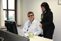 Radek Žalud si s prací v České spořitelně poradil i navzdory tomu, že je nevidomý. Jako šikovného kolegu si jej chválí i vedoucí obchodního týmu Hana Petroušová.