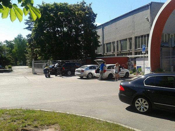 Novináři na příjezd hlavy státu čekají vSezimově Ústí ve společnosti Kovosvit MAS.