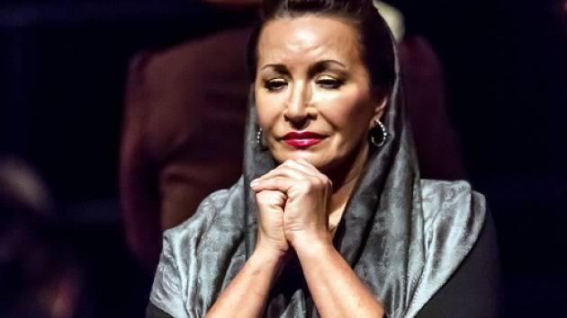 Ruská dramatická sopranistka Olga Romanko hostuje v Jihočeském divadle. Zpívá roli Santuzzy v opeře Sedlák kavalír.