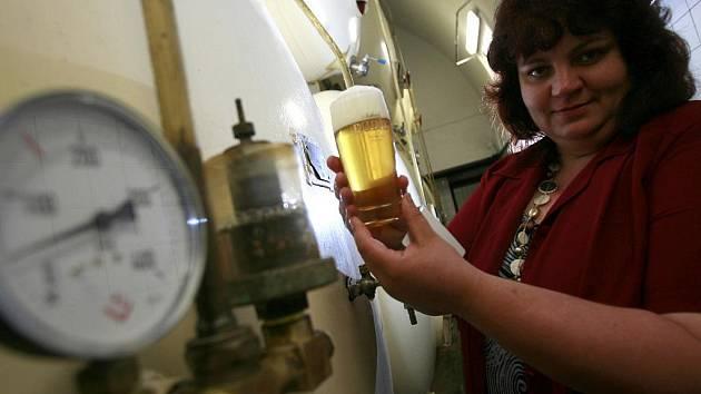 """""""Za kvalitu piva ručí sládek paní Dagmar Vlková"""", najdete na nových etiketách pivních lahví z Měšťanského pivovaru ve Strakonicích, který od července definitivně změnil název na Dudák."""